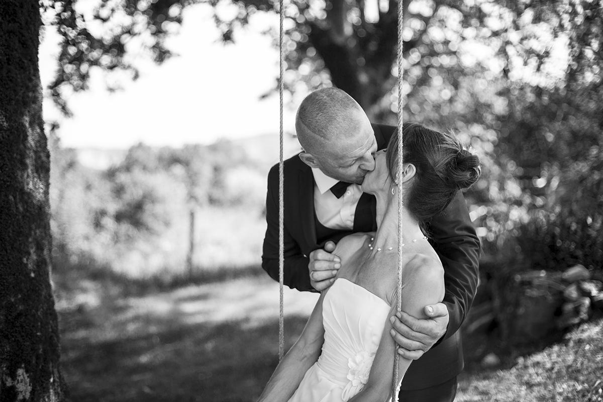 un couple s'embrasse sur une balançoire